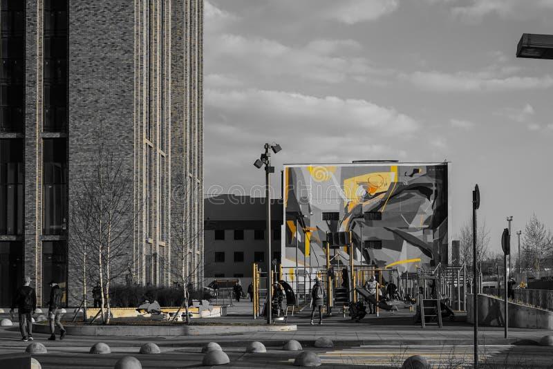 Москва, Россия, апрель 2019 - современный образ жизни и городской ландшафт, двор с автомобилями городского дома стоковые фото