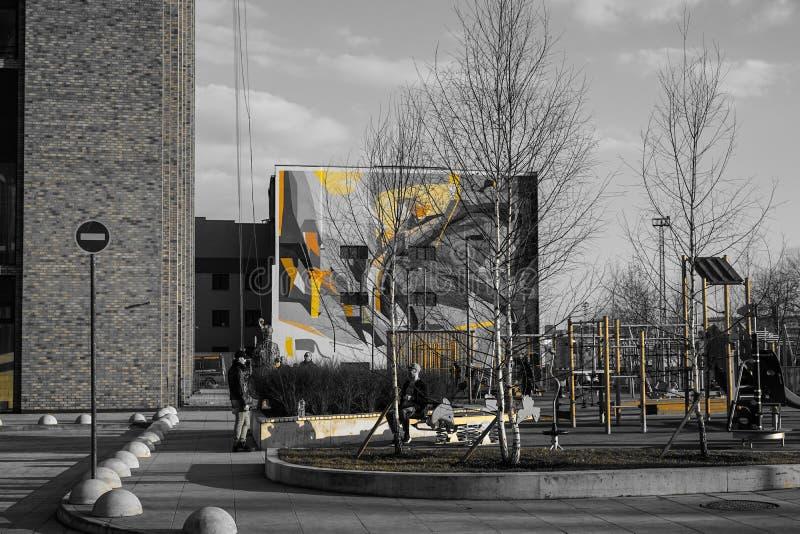 Москва, Россия, апрель 2019 - современный образ жизни и городской ландшафт, двор с автомобилями городского дома стоковые изображения rf