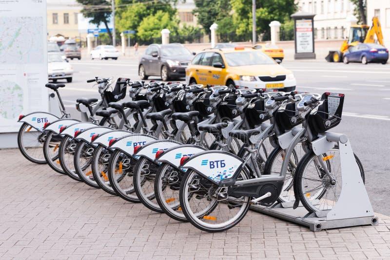 Москва/Россия - 06 19 2018: Велосипеды стойки проката велосипедов Москвы на специализированной стоянке с возможностью, который ну стоковое изображение rf