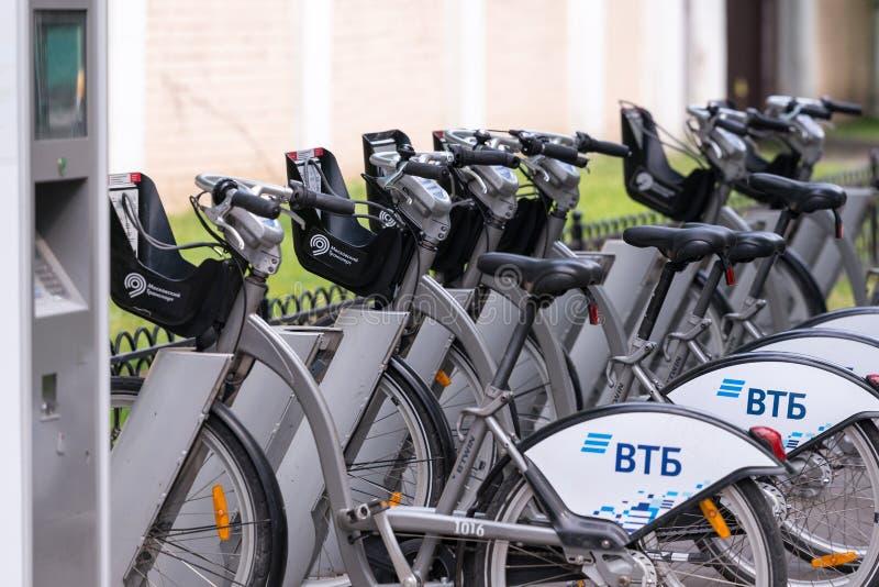 Москва/Россия - 06 19 2018: Велосипеды стойки проката велосипедов Москвы на специализированной стоянке с возможностью, который ну стоковые изображения rf