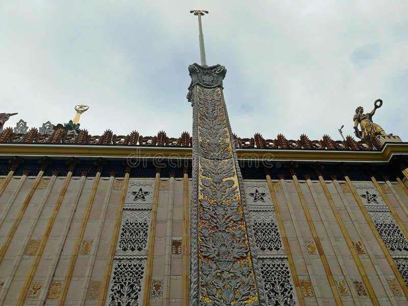 Москва, Россия - 12 06 2019: Красивое здание со шпилем в парке выставки экономических достижений в Москве стоковые фото