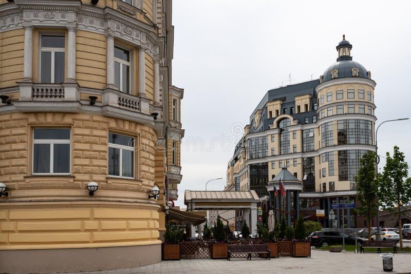 Москва, Россия может 25, взгляд 2019 из улицы Baltschug, входа к роскошному отелю Baltschug Kempinski стоковые изображения