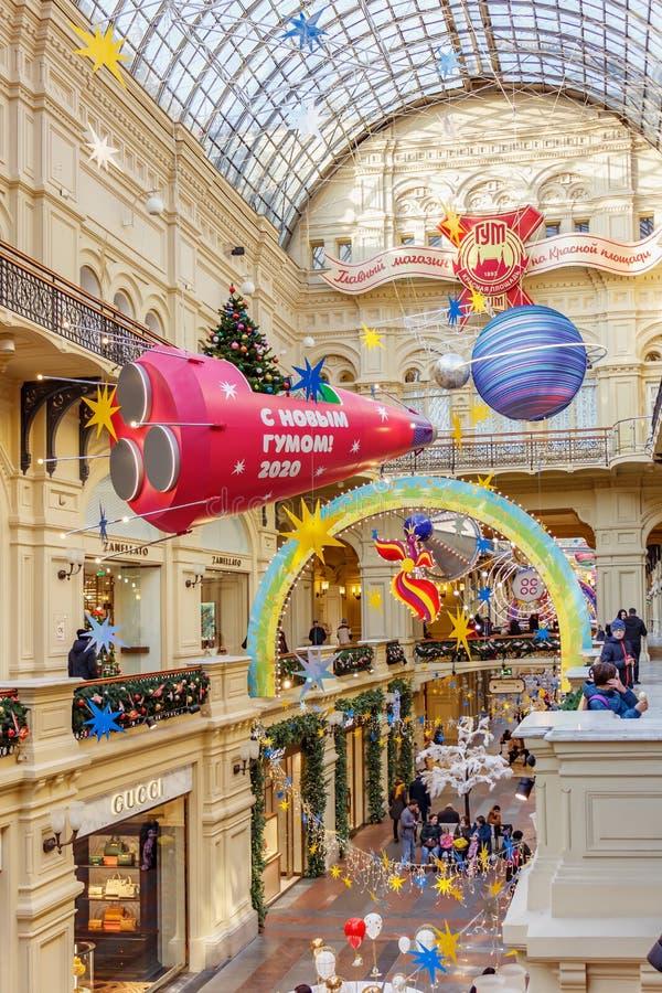Москва, Россия - 21 ноября 2019 г.: Красный космический корабль с христма-деревом и подарками на борту над аллеей государства ГУМ стоковые изображения
