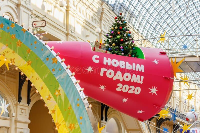 Москва, Россия - 21 ноября 2019 г.: ярко-красный космический корабль с христмас-деревом и подарками на борту под стеклянной крыше стоковое изображение
