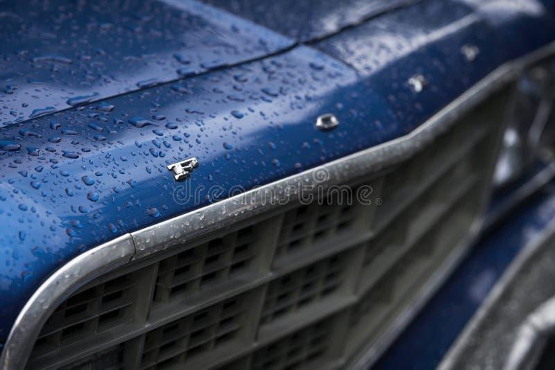 МОСКВА, РОССИЯ - 26-ОЕ АВГУСТА 2017: Логотип на голубом винтажном конце-вверх автомобиля, фокус автомобиля Форда selectiv Ретро ф стоковое изображение