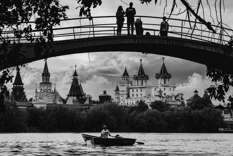 МОСКВА, РОССИЯ - 6-ОЕ АВГУСТА 2018: Люди идут гребля на серебре-g стоковые изображения