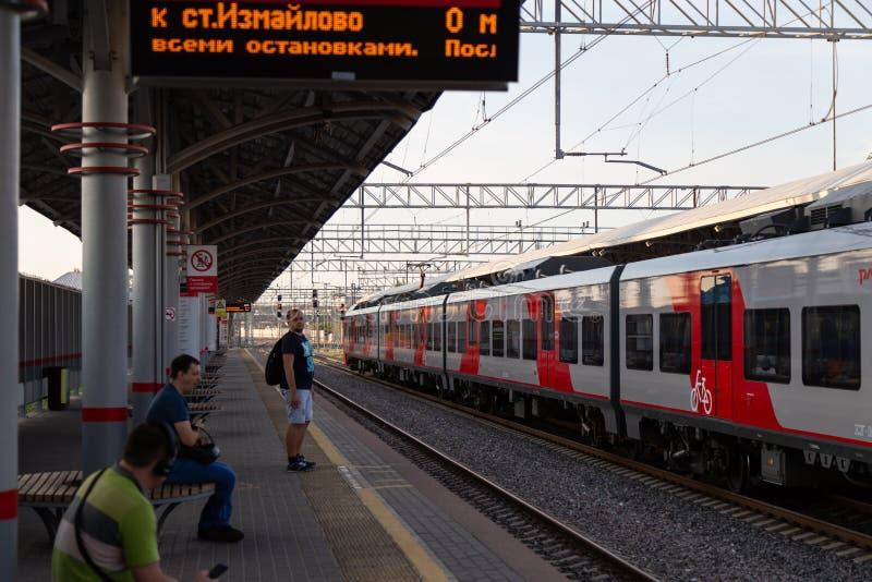 МОСКВА, РОССИЯ - 17-ОЕ АВГУСТА 2018: Люди на открытой платформе ожидают поезда кольца централи Москвы стоковые фотографии rf