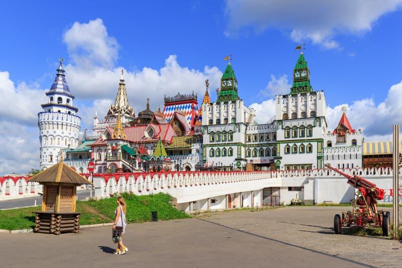 Москва, Россия - 6-ое августа 2018: Пешеходный мост водя к входу к территории Izmailovo Кремля в Москве стоковая фотография