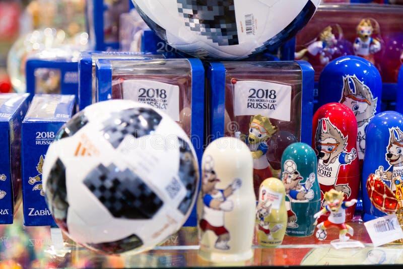 МОСКВА, РОССИЯ - 30-ОЕ АПРЕЛЯ 2018: ВЕРХНЯЯ реплика шарика спички ПЛАНЕРА для кубка мира ФИФА 2018 mundial в сувенирном магазине стоковое фото rf