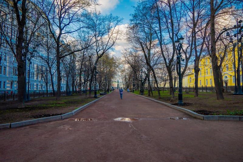 МОСКВА, РОССИЯ 29-ОЕ АПРЕЛЯ 2018: Внешний взгляд неопознанных людей идя в Gorky паркует, во время шикарного лета стоковое фото