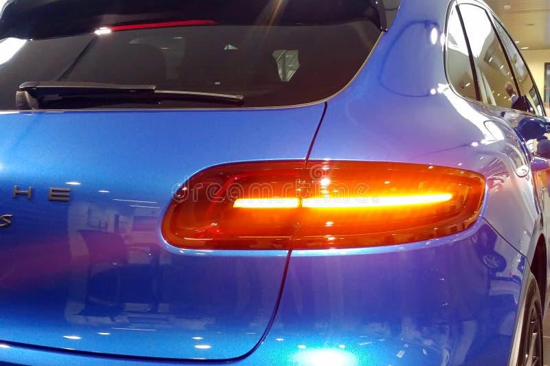 Москва, Россия - 22-ое апреля 2019: Закройте вверх крышки хобота и taillights наградного голубого кроссовера Порше Macan GTS внут стоковые изображения