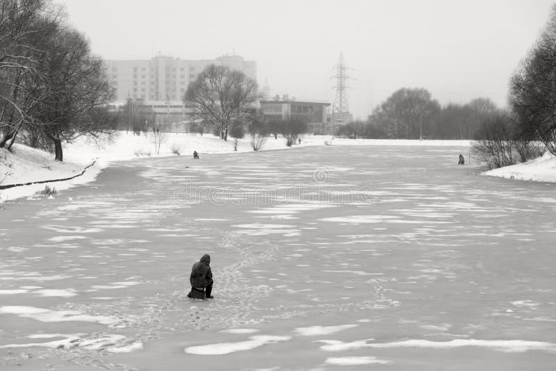 Москва, Россия - 19-ое декабря 2017 Взгляд зимы в зоне южного Butovo Рыбная ловля льда в городе стоковые фото