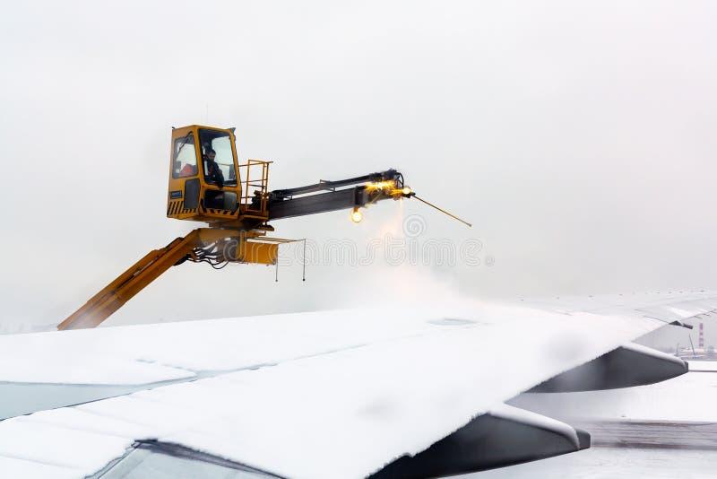 Москва, Россия - 11-ое декабря 2018: процесс de-icing воздушные судн перед летанием в зиме стоковые фотографии rf