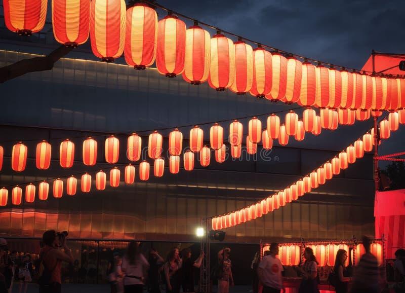 Москва, Россия - 16-ое июля 2017: Бумажные красно-белые японские фонарики Chochin светят на темном небе стоковая фотография rf