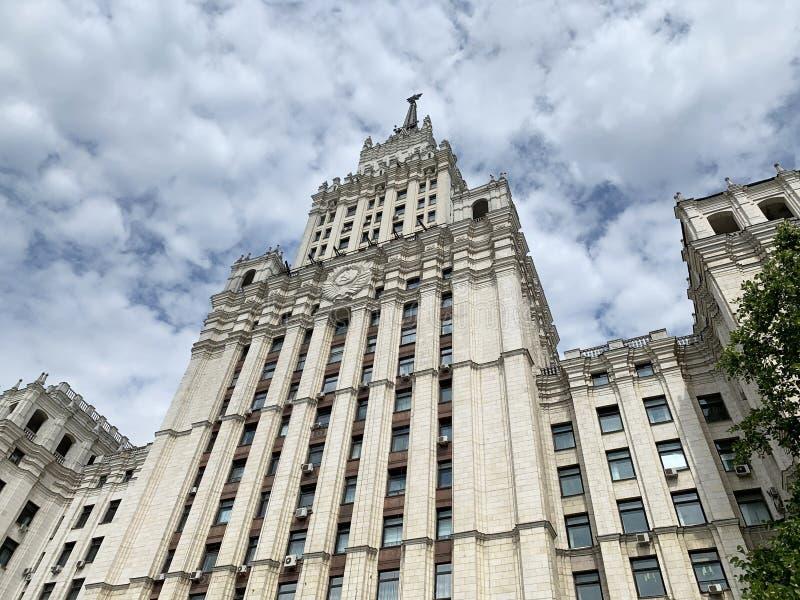 Москва, Россия, 16-ое июля 2019 Небоскреб Сталина на красном квадрате ворот moscow стоковые изображения