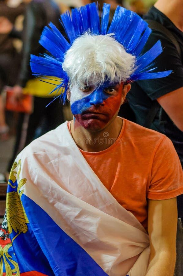 Москва, Россия - 7-ое июля 2018: Русский вентилятор, разочарованный, надоеданный с потерей команды на чемпионате кубка мира ФИФА стоковое фото