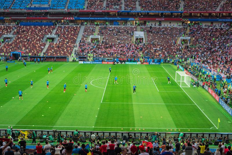 МОСКВА, РОССИЯ - 11-ое июля 2018: Футбольные болельщики празднуя во время ФИФА 2018 кубков мира в semi футбольном матче выпускных стоковое фото rf
