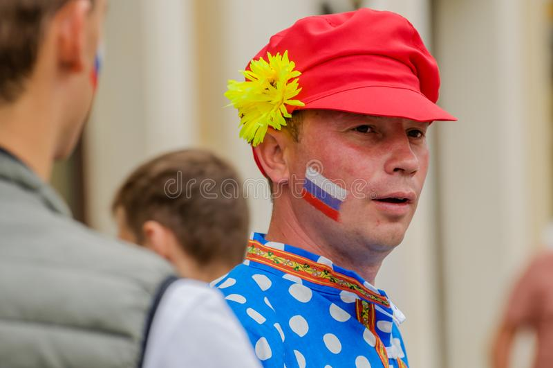 Москва, Россия - 7-ое июля 2018: человек в красной крышке, голубой рубашке, старый фольклорный русский стиль одежды популярен с х стоковая фотография rf