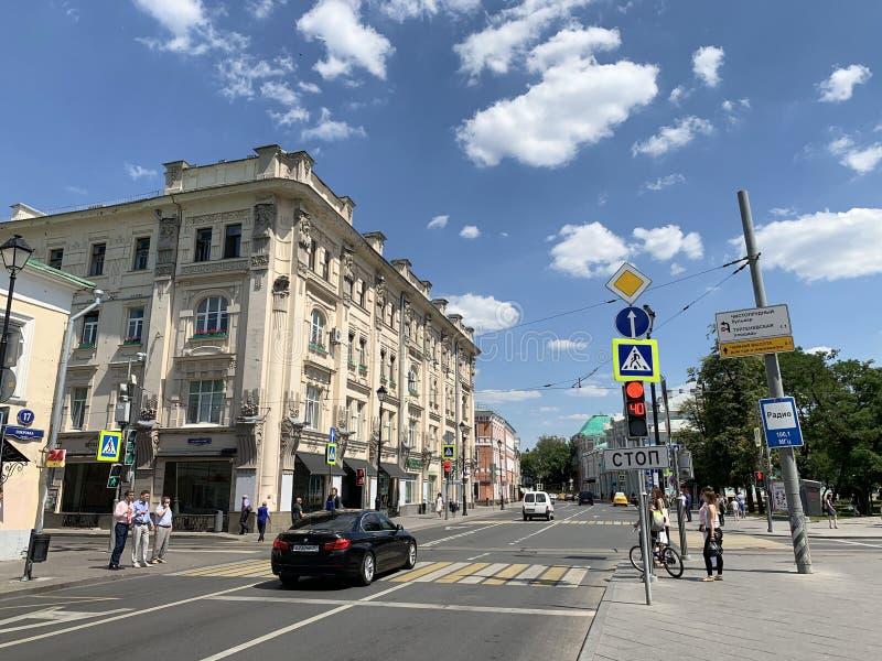 Москва, Россия, 20-ое июня 2019 Автомобиль остановил на пешеходном переходе на красном свете на улице Pokrovka на квадрате ворот  стоковые изображения
