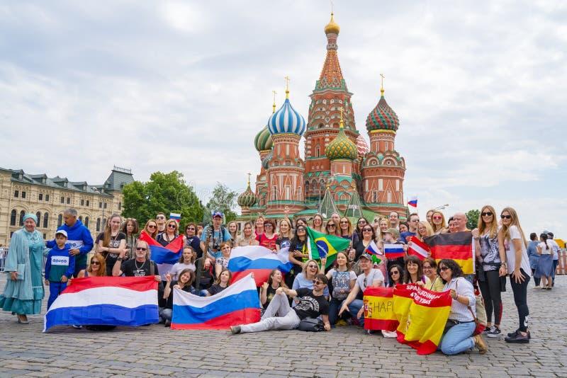 МОСКВА, РОССИЯ - 4-ОЕ ИЮНЯ 2019: Группа в составе туристы от различных стран России, Испании, Германии, Бразилии с национальными  стоковые изображения