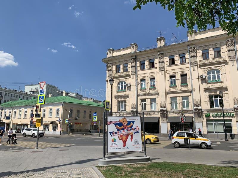 Москва, Россия, 20-ое июня 2019 Люди идя на улицу Pokrovka в зоне квадрата ворот Pokrovskie в солнечном летнем дне стоковые фотографии rf