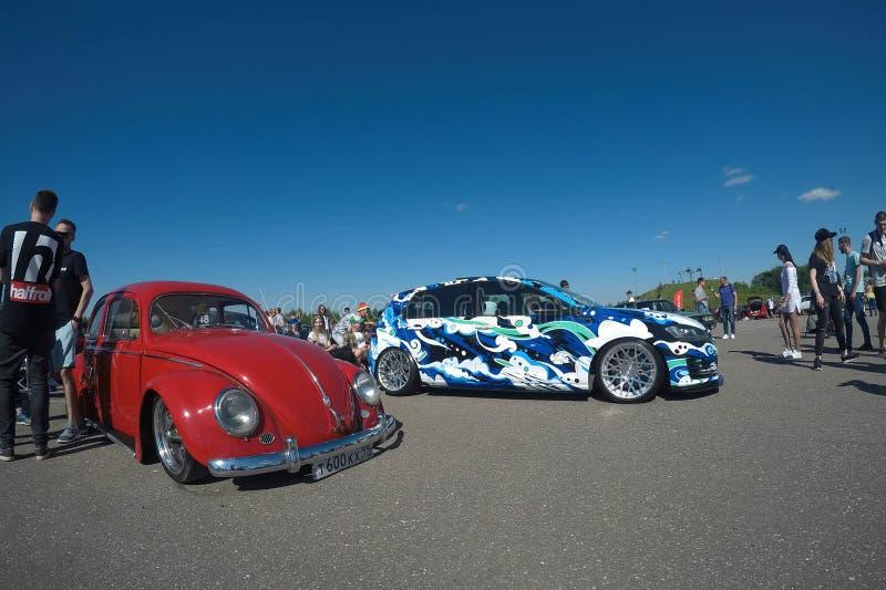 Москва, Россия - 1-ое июня 2019: Настроенный самолетом подвес винтажное Volkswagen Beetle в красном цвете на стоянке Около припар стоковое изображение
