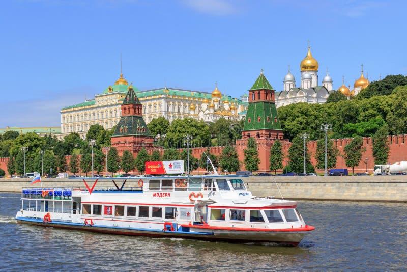 Москва, Россия - 21-ое июня 2018: Прогулочный катер плавая на реку Moskva около Москвы Кремля на солнечный летний день стоковые изображения