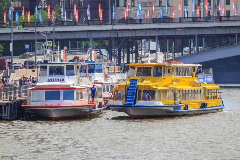 Москва, Россия - 21-ое июня 2018: Прогулочный катер причаливая пристани на реке Moskva на солнечный летний день стоковые фото