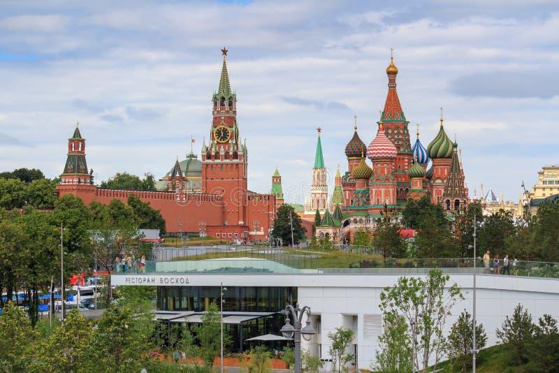 Москва, Россия - 21-ое июня 2018: Собор базиликов St на красной площади и Москве Кремле на предпосылке парка Zaryadye на пасмурно стоковые фотографии rf