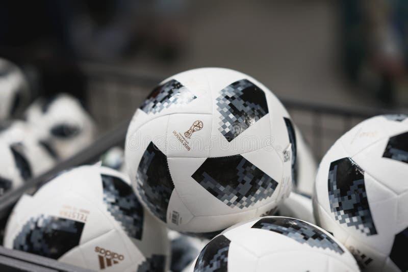 МОСКВА, РОССИЯ - 14-ОЕ ИЮНЯ 2018: Футбольный мяч с логотипом кубка мира ФИФА 2018, ФИФА дует фестиваль в должностном лице mundial стоковые изображения