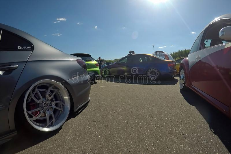 Москва, Россия - 1-ое июня 2019: Tuned понизил автомобили припаркованные на улице Volkswagen Passat на праве, audi stanced в цент стоковое изображение rf