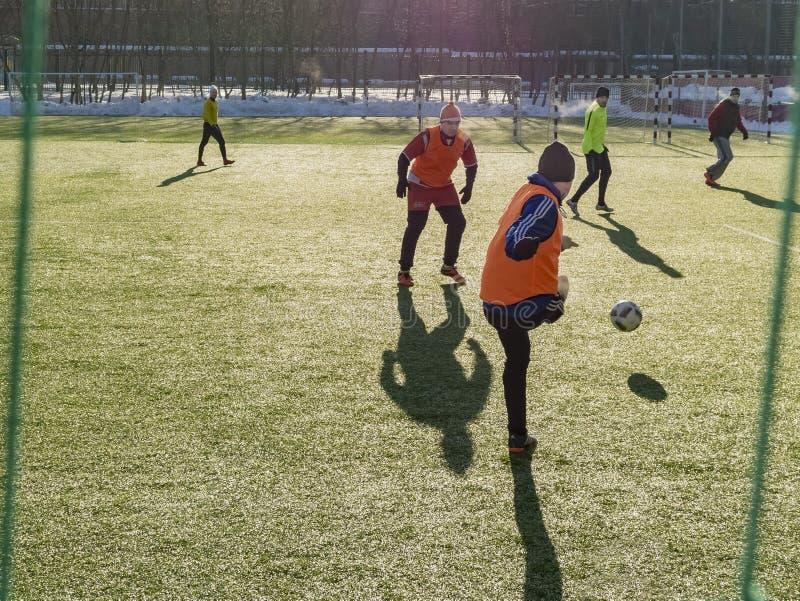 Москва, Россия - 16-ое марта 2018: любительский футбольный матч на улице в Москве Взрослые играют футбол outdoors на тангаже Конц стоковая фотография rf