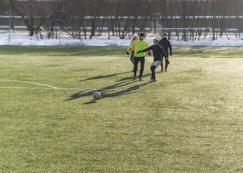 Москва, Россия - 16-ое марта 2018: любительский футбольный матч на улице в Москве Взрослые играют футбол outdoors на небольшом та стоковые изображения