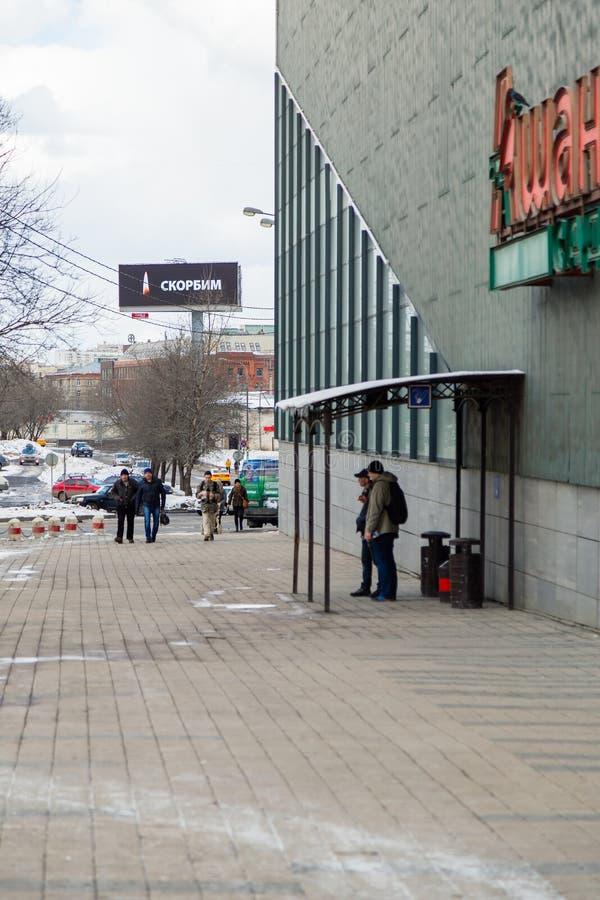 МОСКВА, РОССИЯ - 28-ОЕ МАРТА 2018: Надпись ОПЛАКИВАЯ с горящим пламенем свечи в памяти о жертвах огня в Kemerovo стоковые изображения