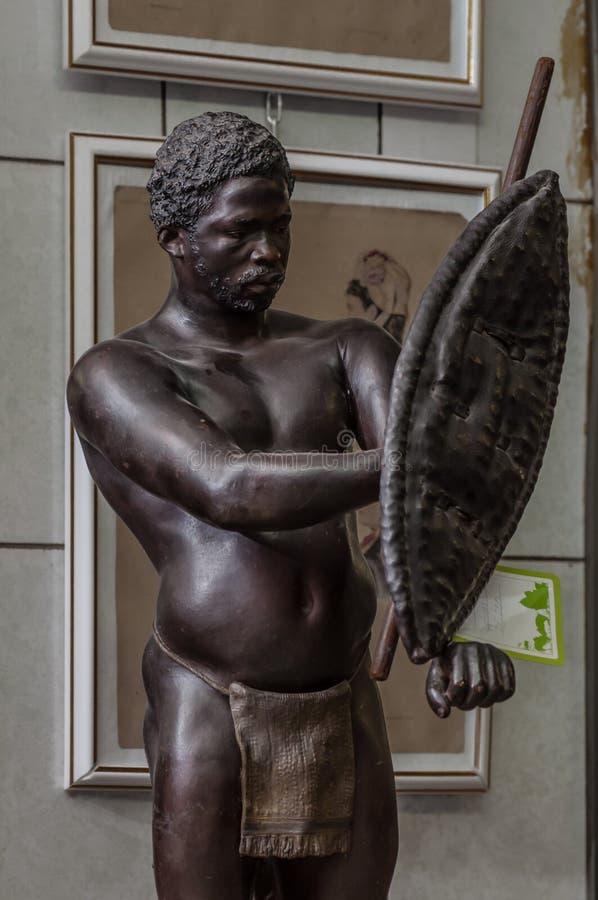 Москва, Россия - 19-ое марта 2017: Статуя африканских ратника или охотника аборигена с копьем, экраном и традиционным стоковое фото