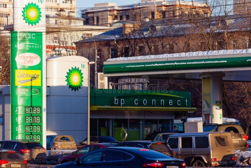 МОСКВА, РОССИЯ - 20-ОЕ МАРТА 2018: BP соединяет бензоколонку на шоссе в занятом районе Москвы освещенные по солнцу лучи стоковые фотографии rf