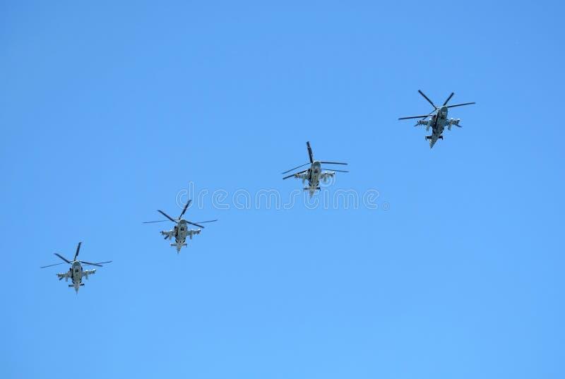 МОСКВА, РОССИЯ - 9-ОЕ МАЯ 2018: Группа в составе русский воинский аллигатор Hokum b вертолетов KA-52 в ясном голубом небе в полет стоковые фотографии rf