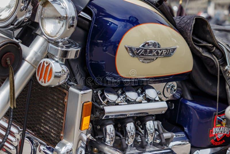 Москва, Россия - 4-ое мая 2019: Лоснистый топливный бак с эмблемой Honda Valkyrie и покрытым хромом крупным планом двигателя Фест стоковая фотография