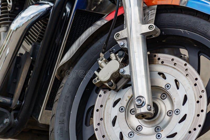 Москва, Россия - 4-ое мая 2019: Переднее колесо с тормозной системой тарельчатого тормоза силы крупного плана мотоцикла Honda тур стоковые изображения