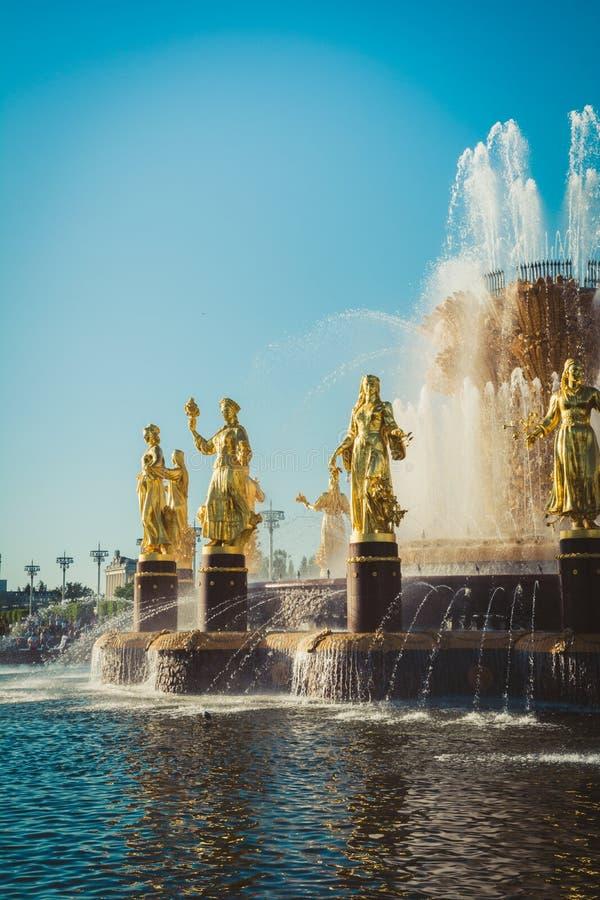 МОСКВА, РОССИЯ - 18-ОЕ МАЯ 05 2019: Фонтан приятельства нации в известном парке в Москве России E стоковое фото