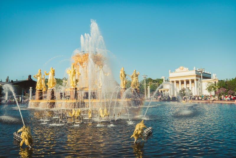 МОСКВА, РОССИЯ - 18-ОЕ МАЯ 05 2019: Фонтан приятельства нации в известном парке в Москве России E стоковая фотография rf