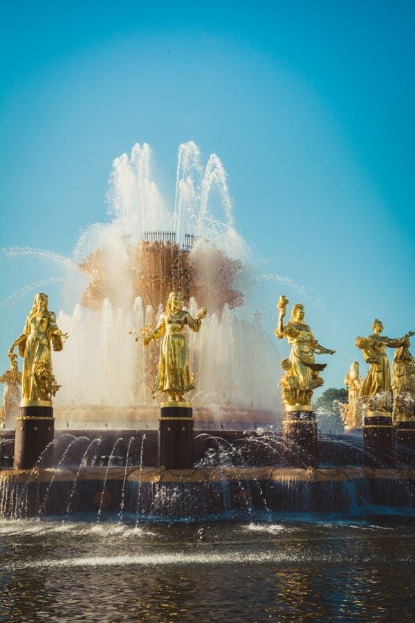 МОСКВА, РОССИЯ - 18-ОЕ МАЯ 05 2019: Фонтан приятельства нации в известном парке в Москве России стоковое фото rf
