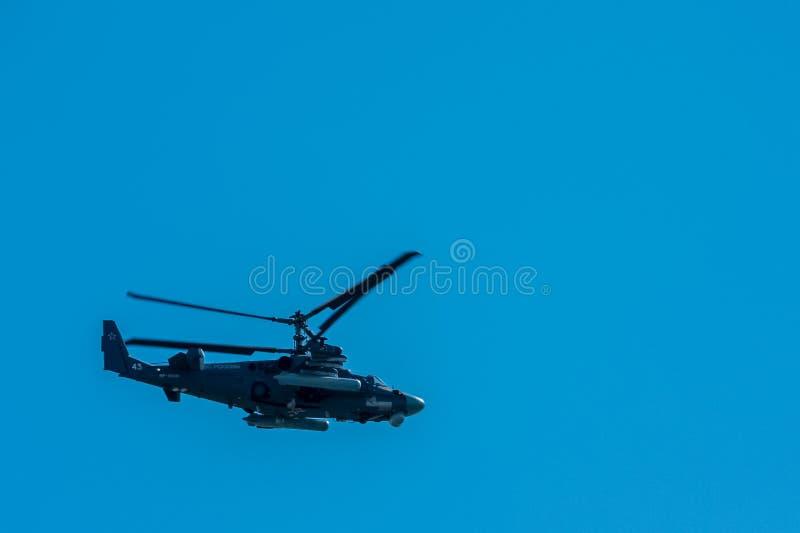 Москва, Россия - 9-ое мая 2014: Штурмовой вертолет Ka-52 Часть авиации парада 2014 победы в Москве стоковая фотография