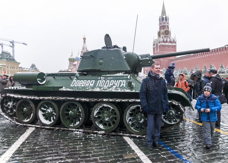 МОСКВА, РОССИЯ - 7-ОЕ НОЯБРЯ 2016: военные транспортные средства и солдат стоковое изображение