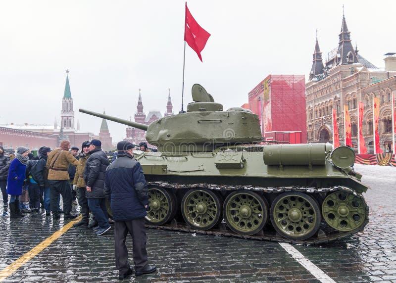 МОСКВА, РОССИЯ - 7-ОЕ НОЯБРЯ 2016: военные транспортные средства и солдат стоковая фотография rf