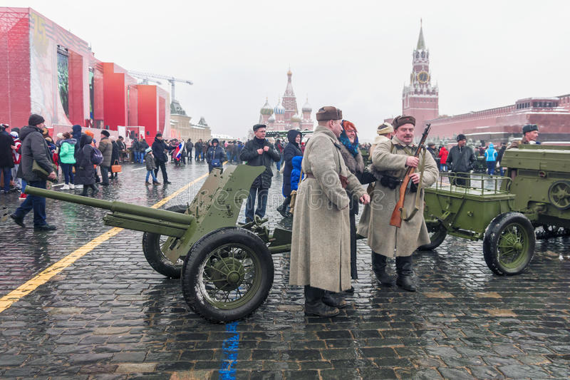 МОСКВА, РОССИЯ - 7-ОЕ НОЯБРЯ 2016: военные транспортные средства и солдат стоковые фото