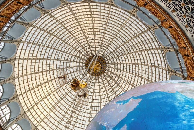 Москва, Россия - 28-ое ноября 2018: Стеклянный купол павильона космоса космоса на VDNH - выставке достижений  стоковое фото