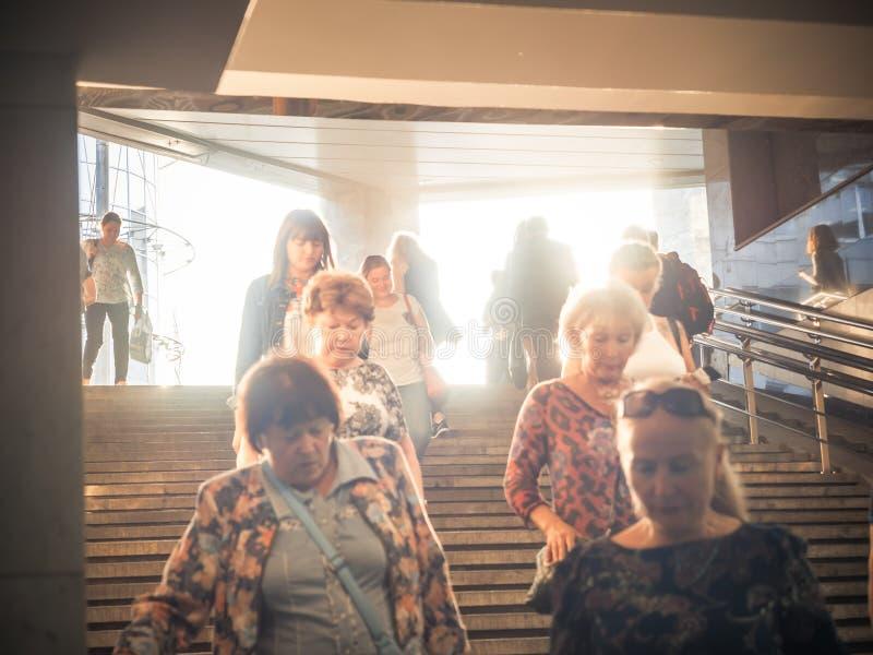 Москва, Россия - 6-ое сентября 2018: Обычные люди идут вверх и пойти вниз к подземному метро на часе пик Люди идут стоковая фотография