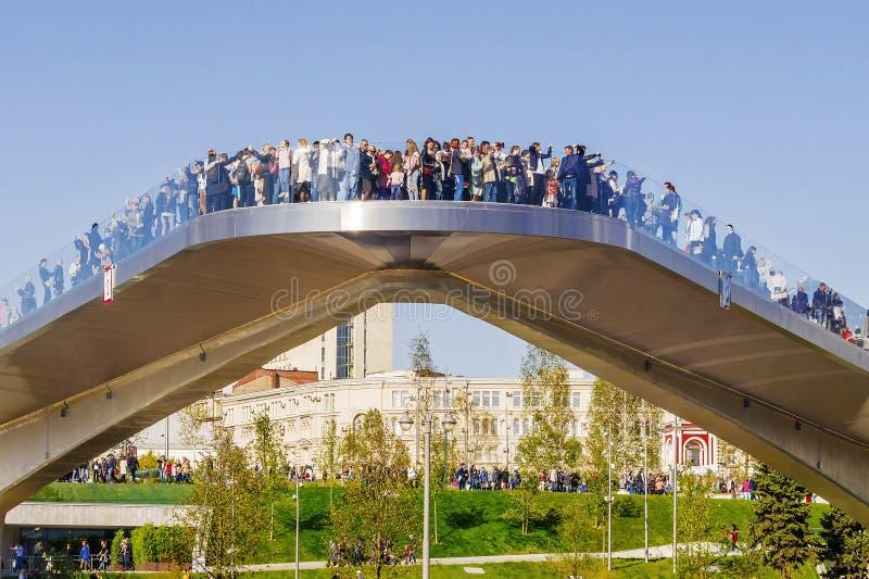МОСКВА, РОССИЯ 24-ОЕ СЕНТЯБРЯ 2017: Парк Zaryadye в Москве, новой стоковые изображения rf