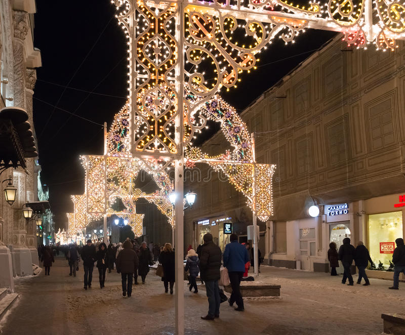 МОСКВА, РОССИЯ - 10-ое января 3016 Фестиваль - свет рождества - на улице Nikolskaya стоковое фото rf